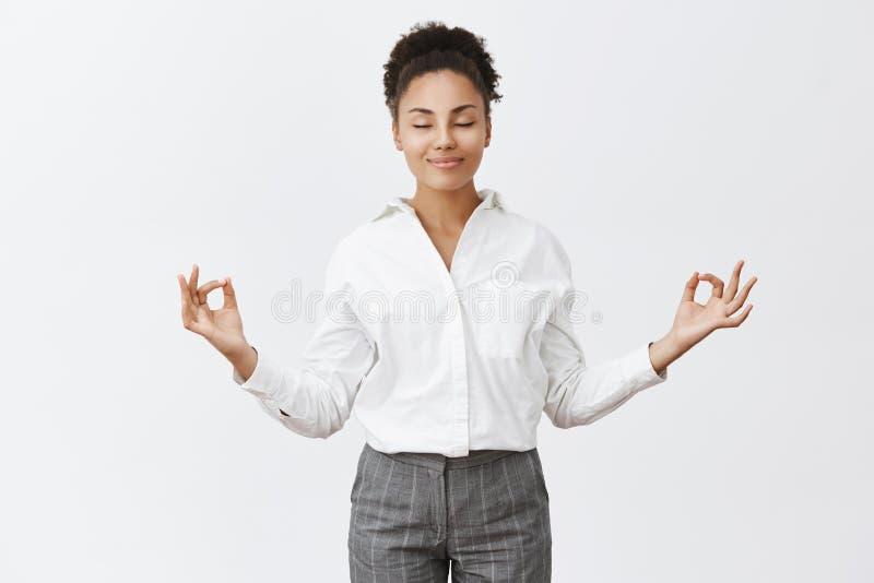 Stres uwalnia, tylko pokój wśrodku Czarujący relaksującej i beztroskiej kobiety w bossy stroju, podnosi ręki w zen gescie fotografia stock