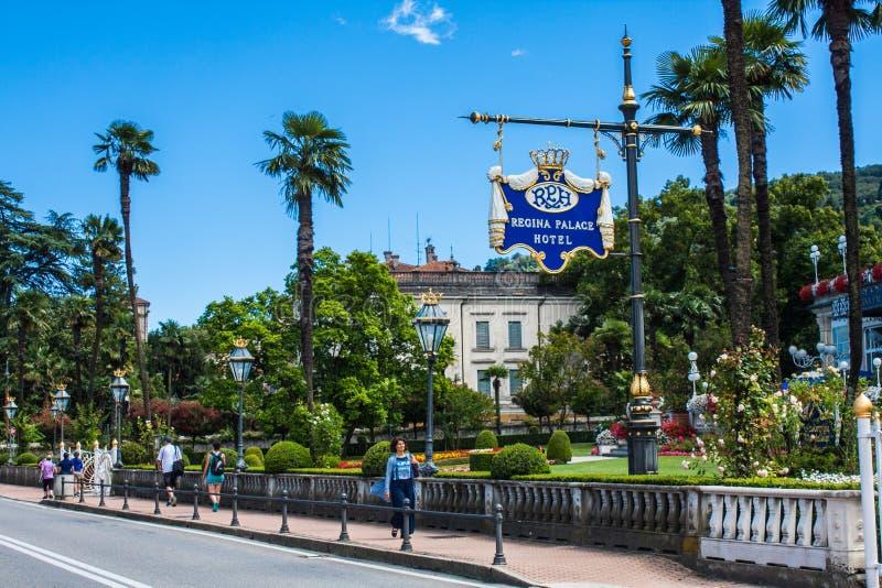 STRESA, ITÁLIA - 14 DE JULHO DE 2016 Opinião em Regina Palace Hotel, uma cidade de Stresa no lago Maggiore fotos de stock