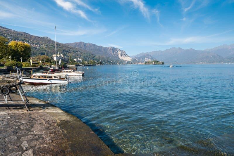 Stresa, lago Maggiore, Italy Beira do lago de Stresa, no meio, na ilha Bella e no fundo os cumes imagens de stock royalty free