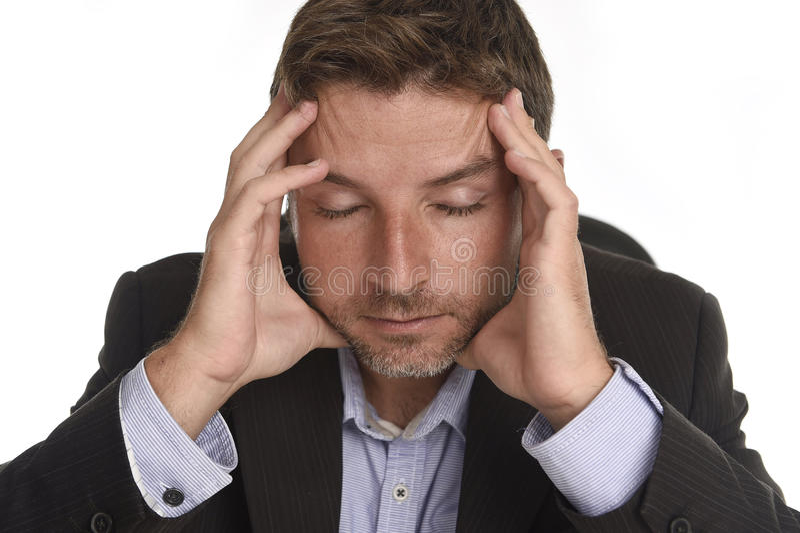 Stress da lavoro dell'uomo d'affari attraente e holdin di sofferenza di emicrania fotografia stock