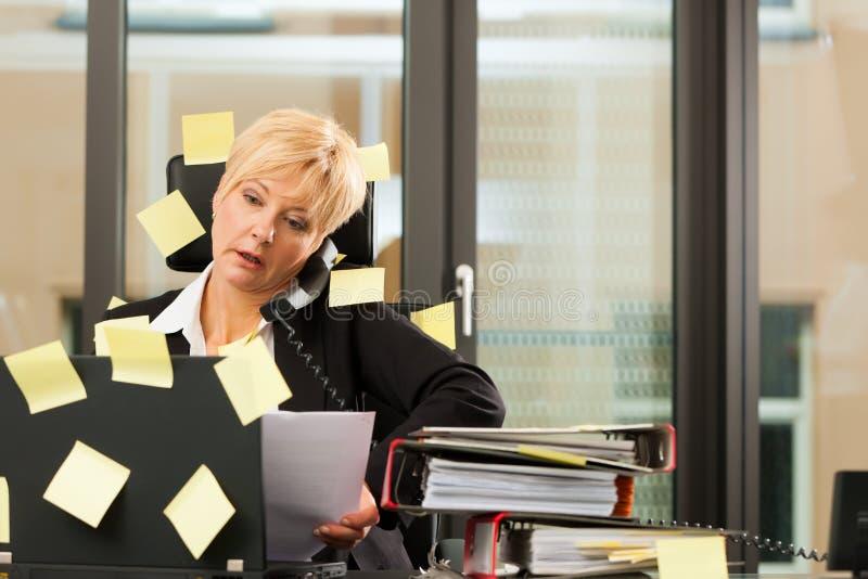 Stress im Büro - Multitasking royalty free stock photo