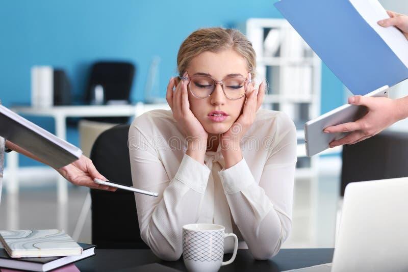 Stressad affärskvinna med mycket arbete i regeringsställning royaltyfria foton