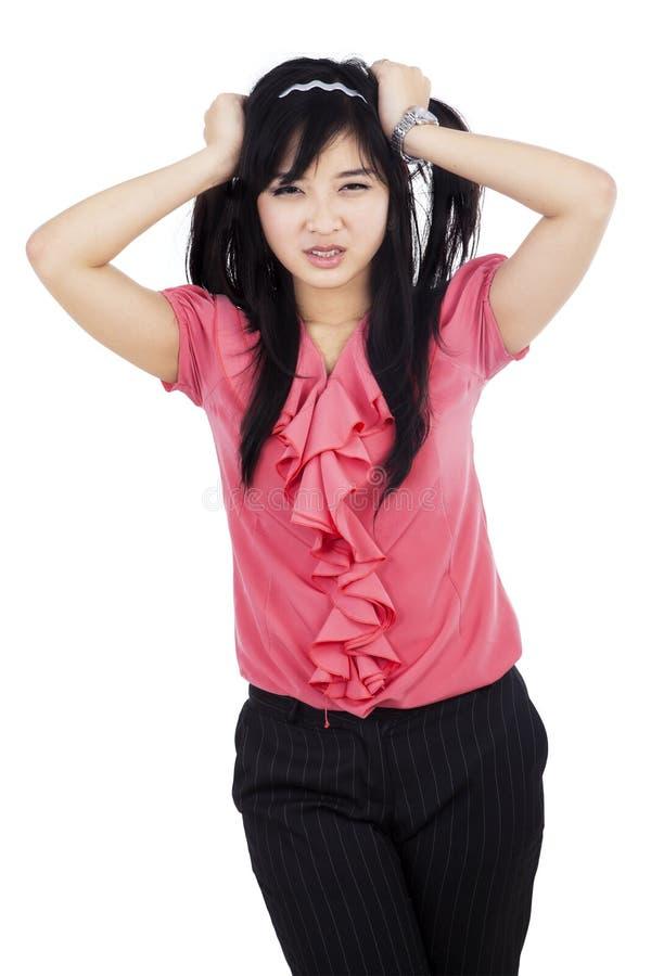 Stressad affärskvinna som griper hennes hår arkivfoton