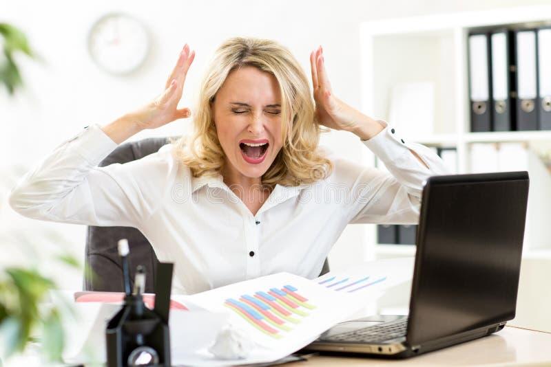 Stressad affärskvinna som skriker högt att arbeta royaltyfri bild