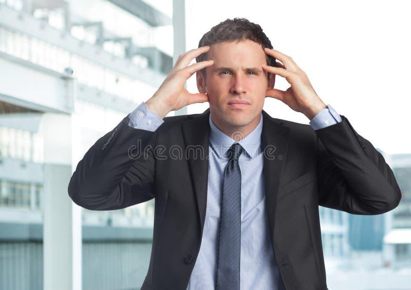 Stressad affärsman i affärsområde arkivbilder