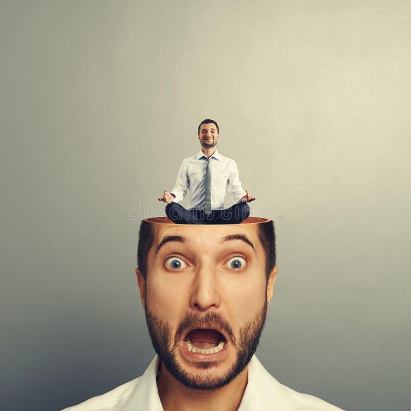 Stressad affärsman med det öppna huvudet fotografering för bildbyråer