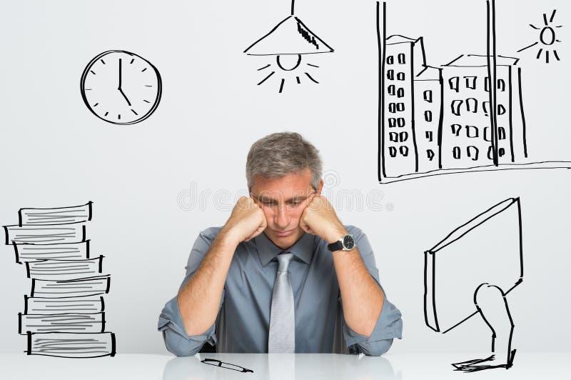 Stressad affärsman på arbete arkivbild