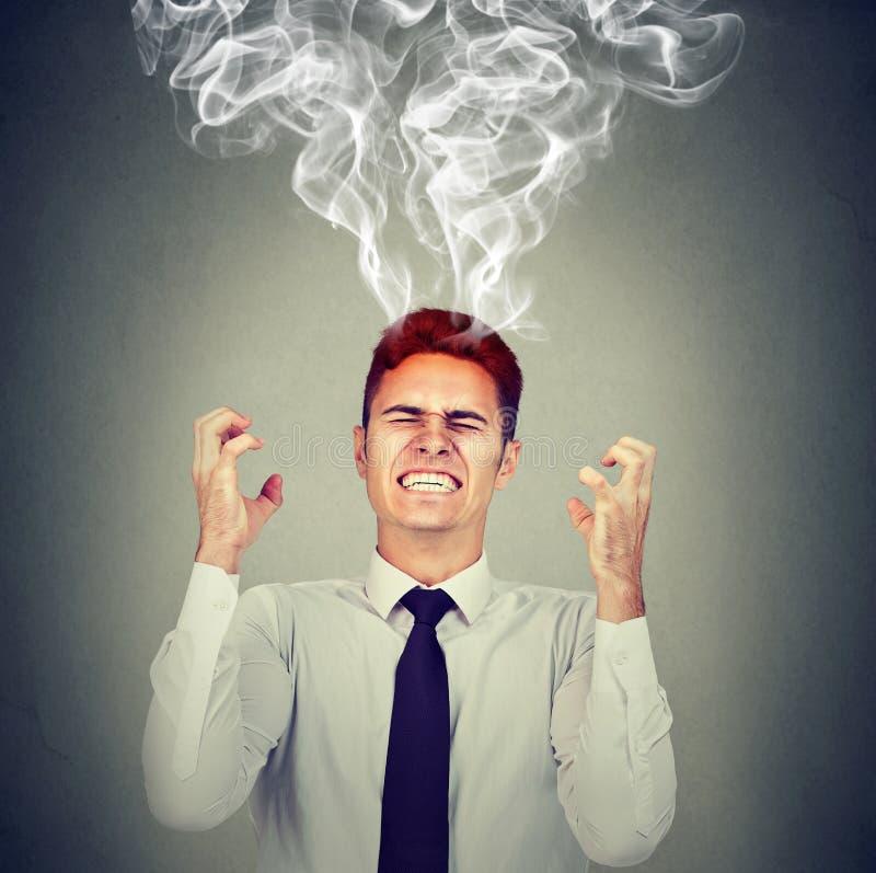 Stressad affärsman som har huvudvärkånga som kommer upp arkivfoto