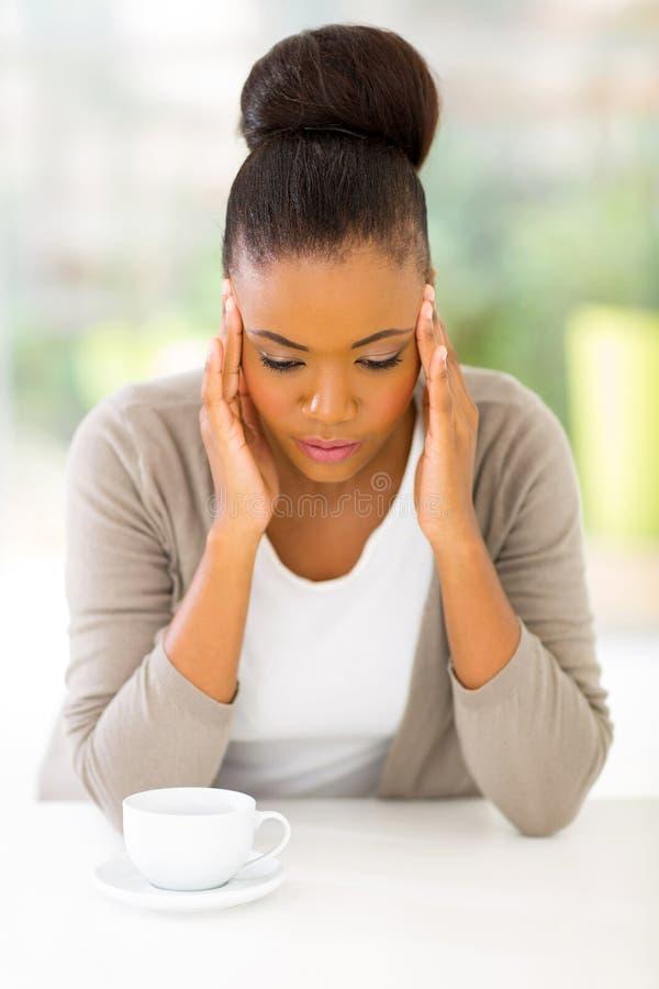 Stressad afrikansk kvinna royaltyfria bilder