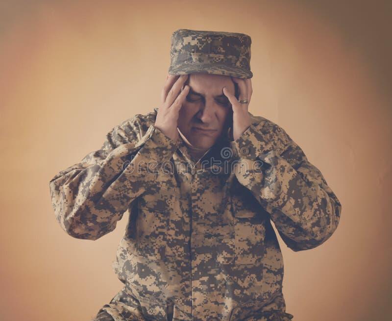 Stressad armésoldat Man Holding Head arkivbilder