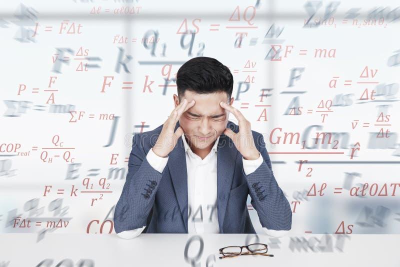 Stressad asiatisk man, formler och vetenskap fotografering för bildbyråer