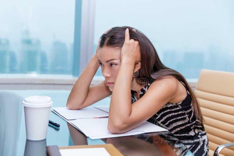 Stressad belastning för affärskvinna av kontorsarbete arkivfoton