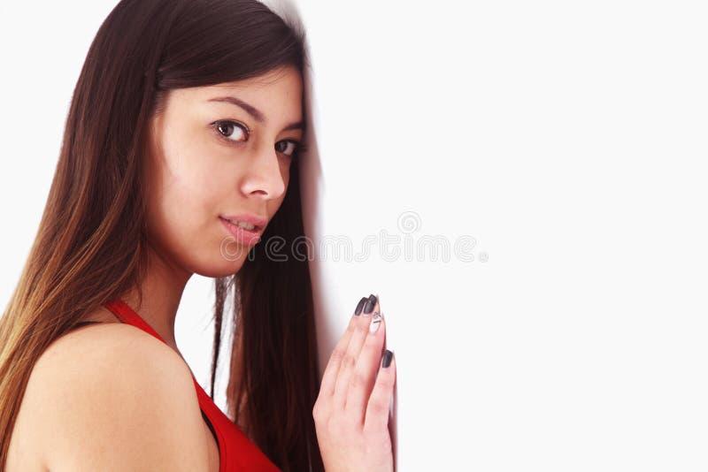 Stressad benägenhet för affärskvinna på väggen (fördjupningen, frustra royaltyfri bild