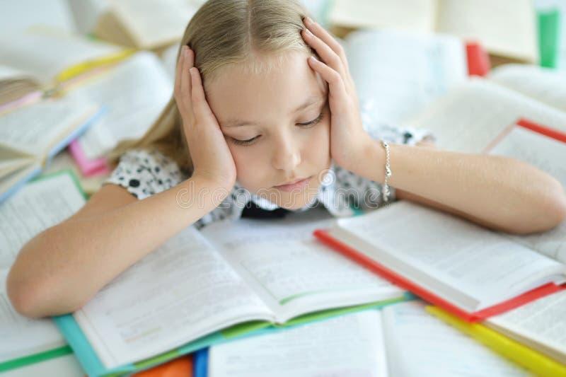 Stressad blond skolflicka arkivbilder