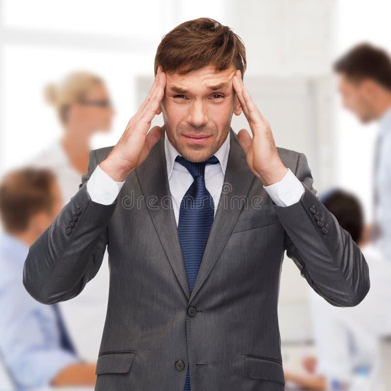 Stressad buisnessman eller lärare som har huvudvärk arkivbild