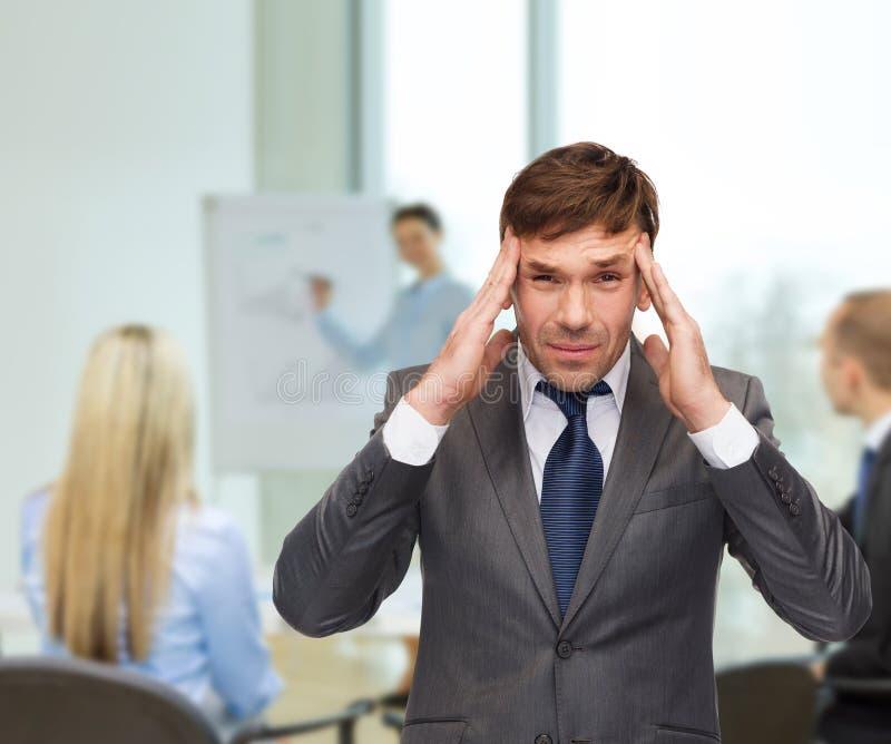 Stressad buisnessman eller lärare som har huvudvärk royaltyfria bilder