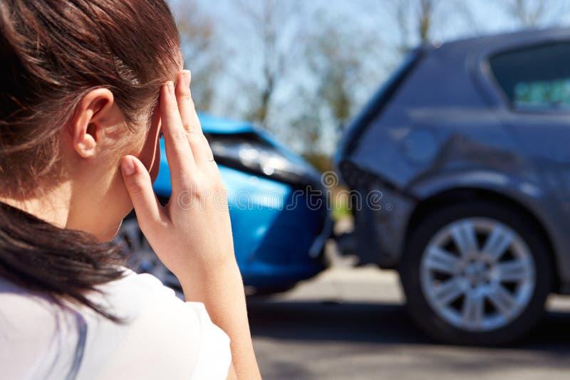 Stressad chaufför Sitting At Roadside efter trafikolycka arkivbilder