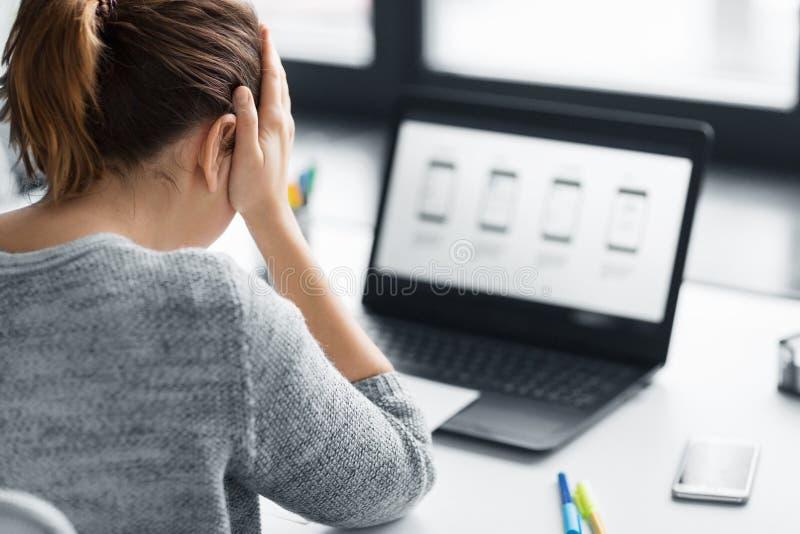 Stressad formgivare med användargränssnittet på bärbara datorn arkivbild