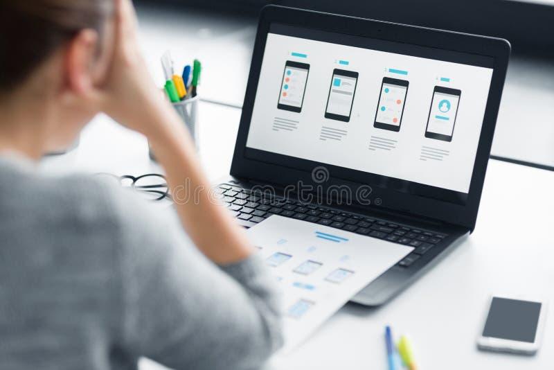 Stressad formgivare med användargränssnittet på bärbara datorn royaltyfri foto