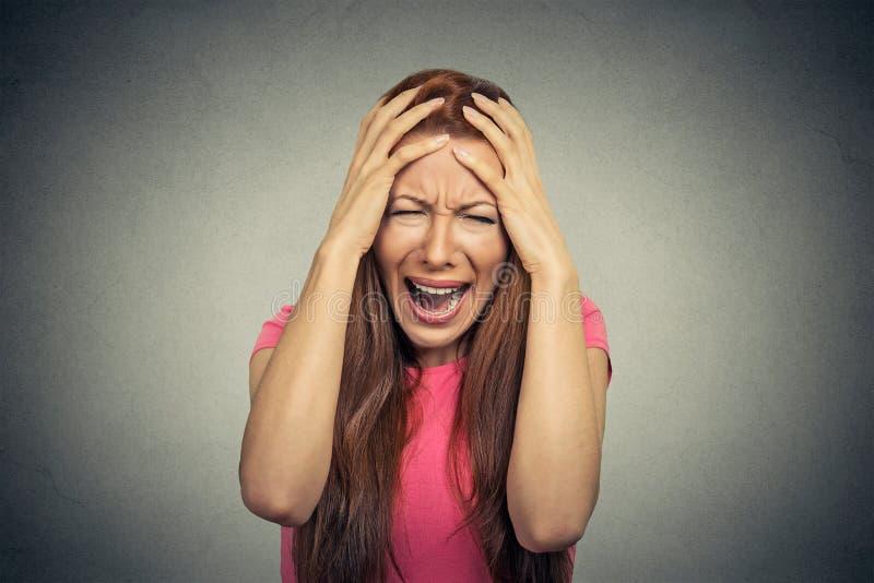 Stressad frustrerad kvinna som skriker att skrika royaltyfri foto