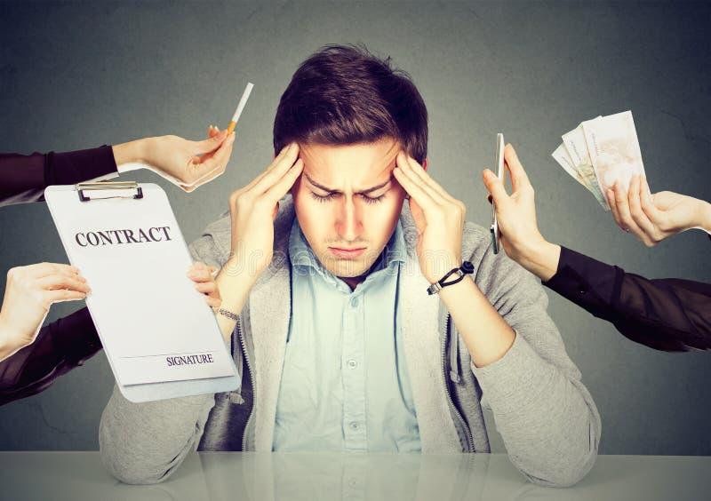 Stressad grabb för desperat man som förkrossas av ärenden som ska göras arkivfoto