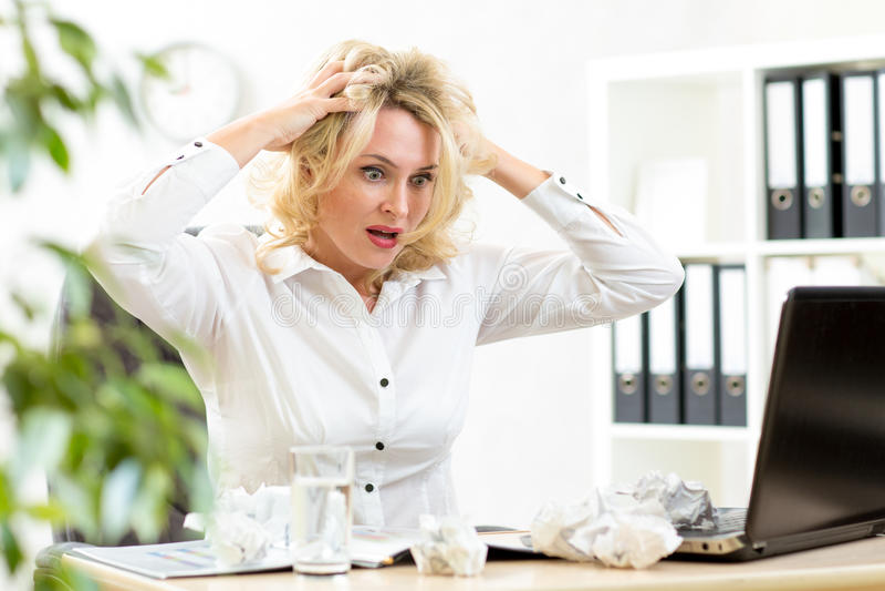 Stressad kvinna för rolig affär som frustreras och royaltyfri fotografi