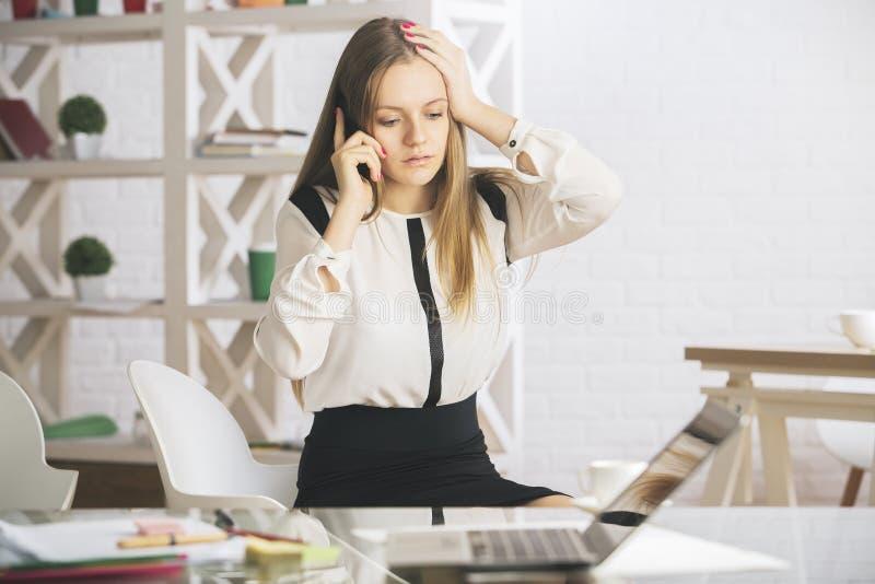 Stressad kvinna på telefonen royaltyfria foton
