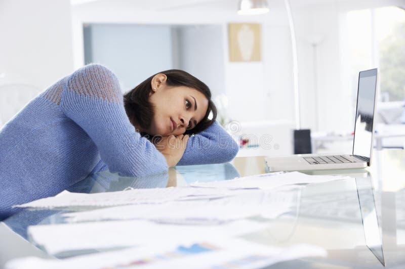 Stressad kvinna som arbetar på bärbara datorn i inrikesdepartementet fotografering för bildbyråer