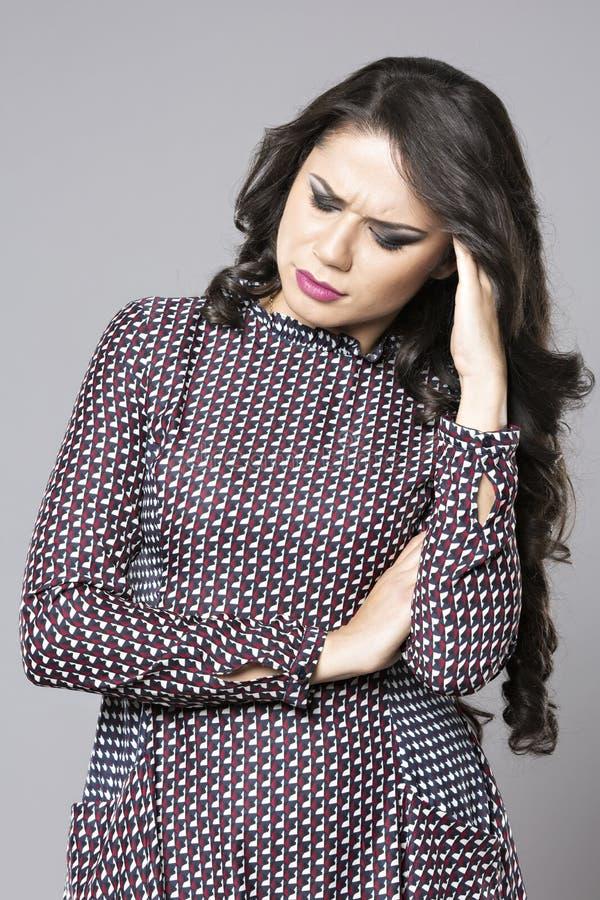 Stressad kvinna som har en stark huvudvärk royaltyfria foton