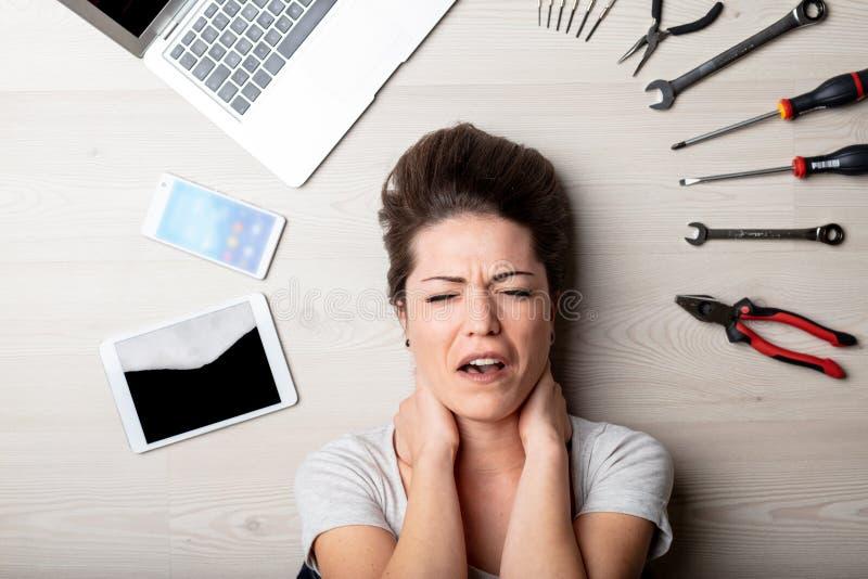 Stressad kvinna som omges av handhjälpmedel fotografering för bildbyråer