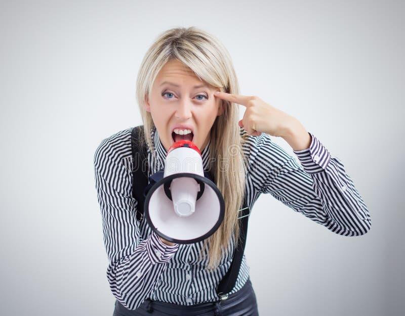 Stressad kvinna som skriker på megafonen fotografering för bildbyråer