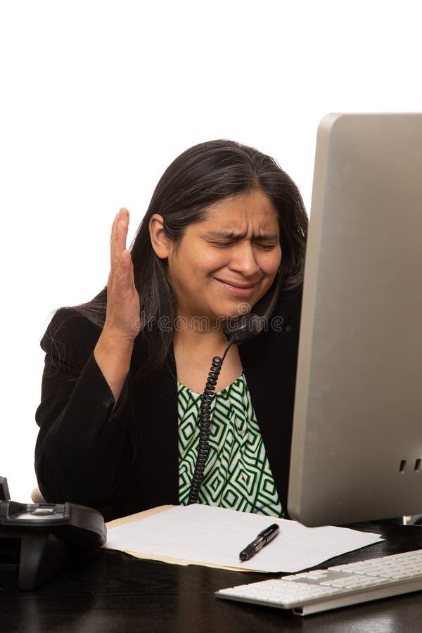 Stressad latinamerikansk affärskvinnaTalks On The telefon royaltyfri foto