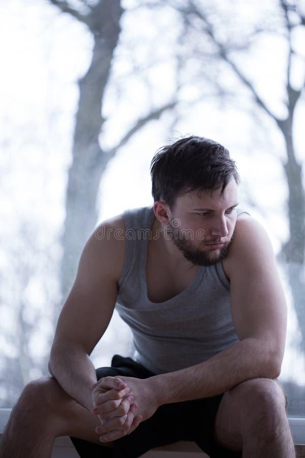 Stressad man som tidigt vaknar upp arkivfoton