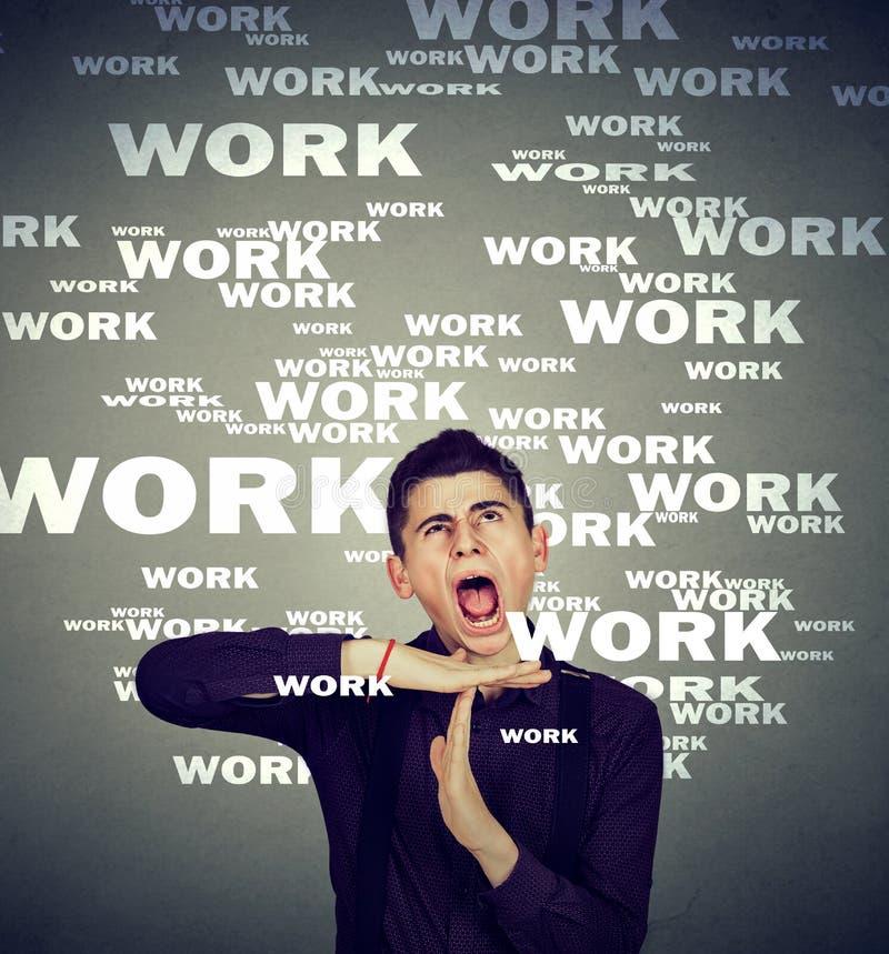 Stressad manvisningtid som förkrossas ut vid lång arbetstid royaltyfria foton