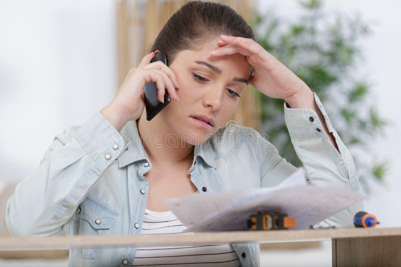 Stressad moder på telefonen arkivfoton