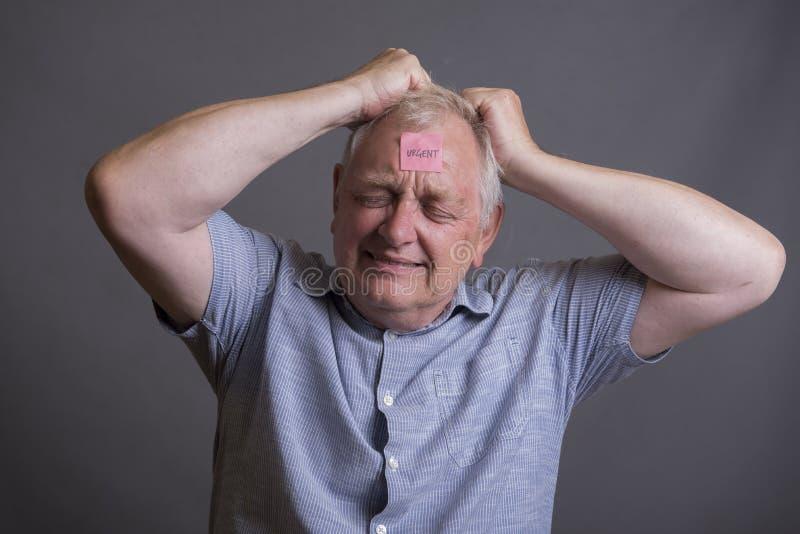 Stressad mogen man som täckas i klibbiga anmärkningar arkivbild