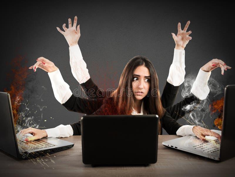 Stressad multitaskingsekreterare royaltyfri foto