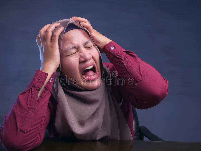 Stressad muslimsk dam Having Headache royaltyfri bild