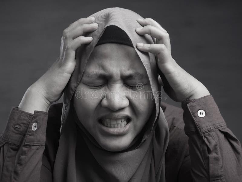 Stressad muslimsk dam Having Headache royaltyfri fotografi