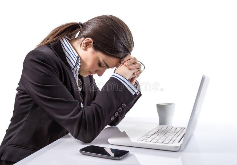 Stressad och trött affärskvinna med en bärbar dator arkivbild