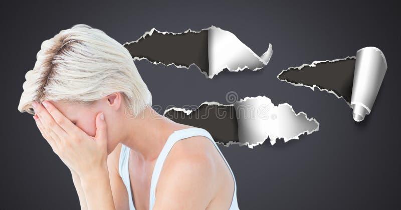 Stressad och uppriven kvinna med sönderrivet papper arkivbild
