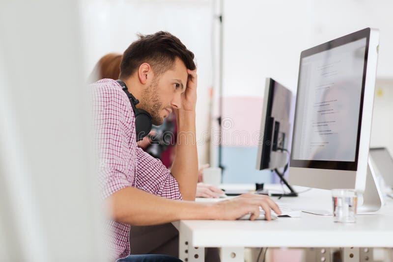Stressad programvarubärare på kontoret royaltyfri bild