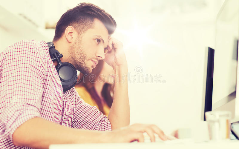 Stressad programvarubärare på kontoret royaltyfri foto