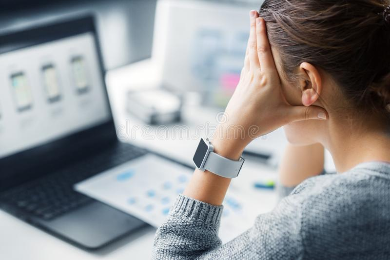 Stressad rengöringsdukformgivare med den smarta klockan royaltyfri foto