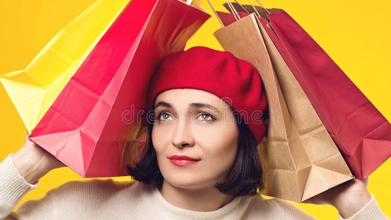 Stressad shopaholic kvinna med shoppingpåsar Sorgsenhet- och f?rdjupningsbegrepp Kvinna som är trött efter stor shoppa försäljnin arkivfoto