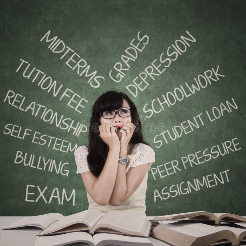 Stressad student med många problem arkivfoton