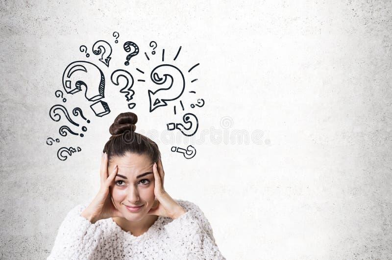 Stressad ung kvinna med en bulle, frågefläckar royaltyfri bild