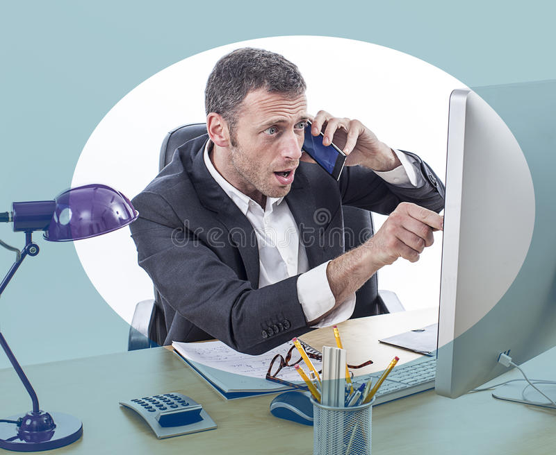 Stressad ut affärsman eller finansiell chef som pekar till datorskärmen royaltyfria foton