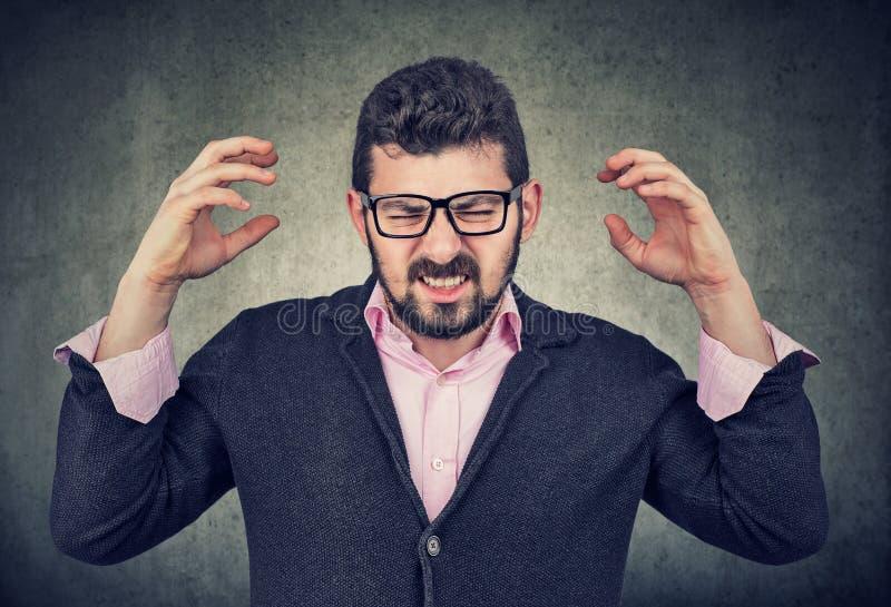 Stressad ut frustrerad ung man royaltyfri bild