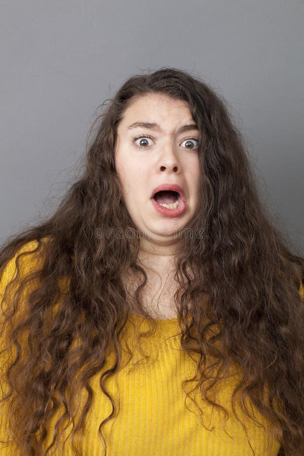Stressad ut ung kvinna som har fobi fotografering för bildbyråer